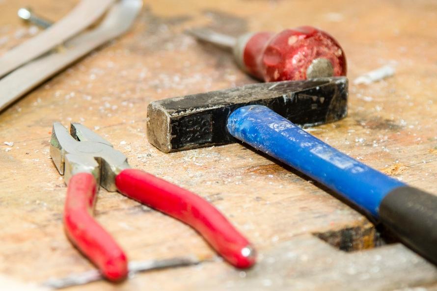 tool-work-bench-hammer-pliers-53987-large-jpeg